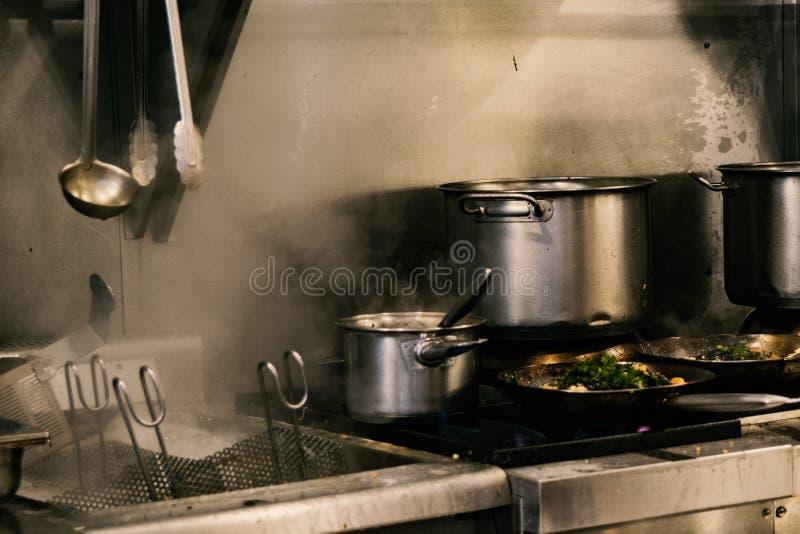 pesque en la placa y la estufa que funcionan con el vapor lleno foto de archivo