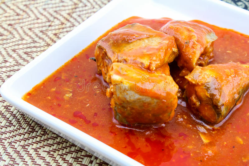 Pesque en salsa de tomate en el plato - pescado conservado foto de archivo libre de regalías