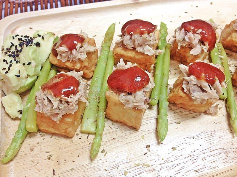 Pesque la ensalada mezclada filete de la salsa de tomate del atún del queso de soja con el aguacate y el espárrago foto de archivo