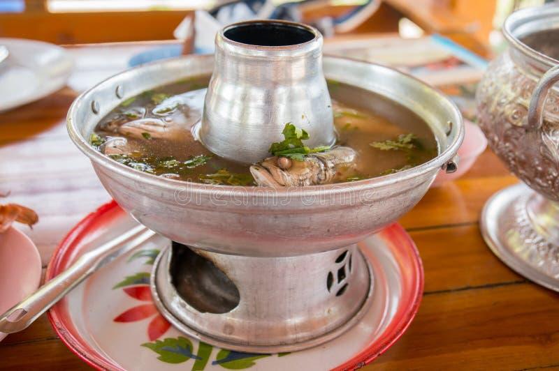 Pesque la sopa de la sopa de tom yum, caliente y amarga, comida tailandesa imagenes de archivo