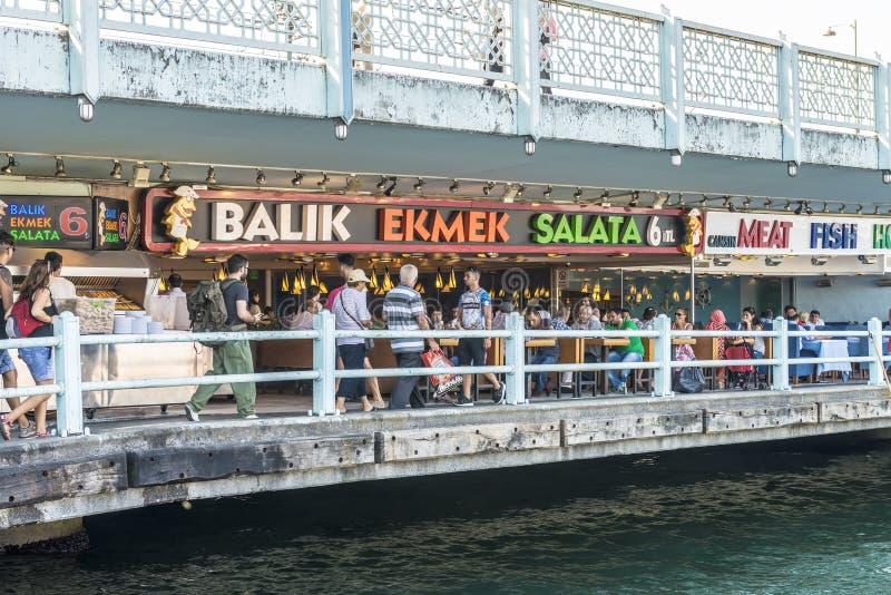 Pesque los restaurantes en el café de la calle del puente de Galata en Istambul foto de archivo libre de regalías