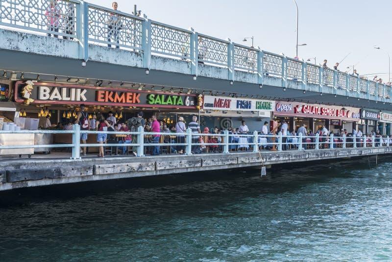 Pesque los restaurantes en el café de la calle del puente de Galata en Istambul imagen de archivo