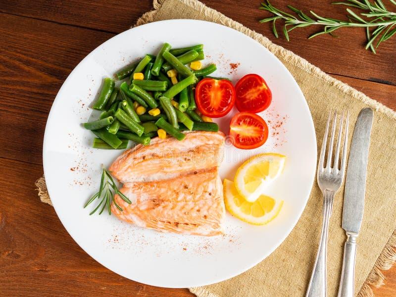 Pesque los salmones cocidos al vapor con las verduras La comida de la dieta sana, oscuridad corteja fotos de archivo libres de regalías