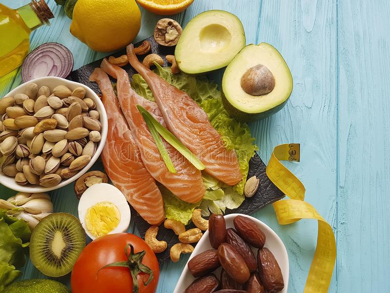 Pesque o abacate salmon da ômega 3 do centímetro da nutrição do limão da vitamina e da saúde da salada da data no alimento saudáv fotografia de stock