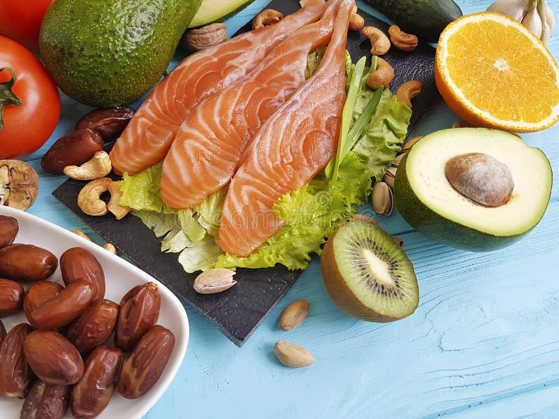 Pesque o abacate salmon da ômega 3 da nutrição da saúde da salada no alimento saudável do fundo de madeira azul foto de stock royalty free