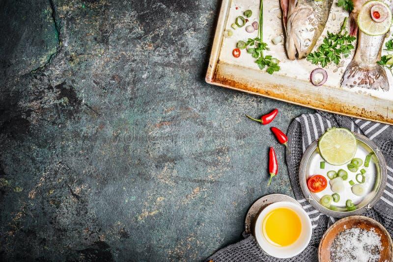 Pesque o cozimento do fundo com ingredientes, vista superior Alimento saudável ou conceito da dieta imagens de stock
