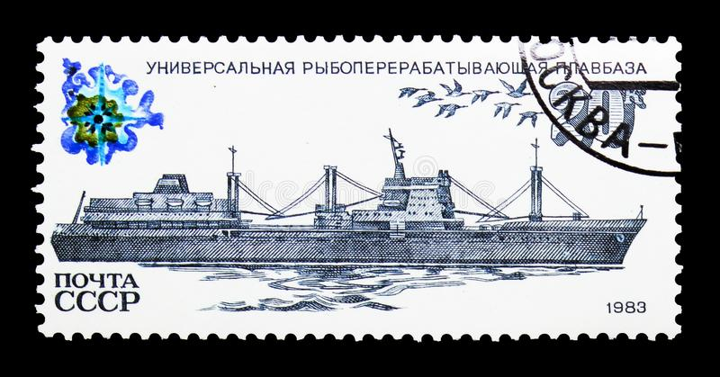 Pesque o navio de fábrica do processamento, serie das embarcações de pesca, cerca de 1983 fotografia de stock royalty free
