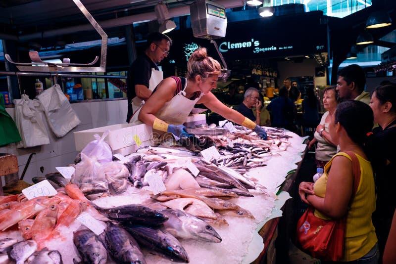 Pesque o vendedor no mercado de Boqueria do La em Barcelona, Espanha foto de stock royalty free