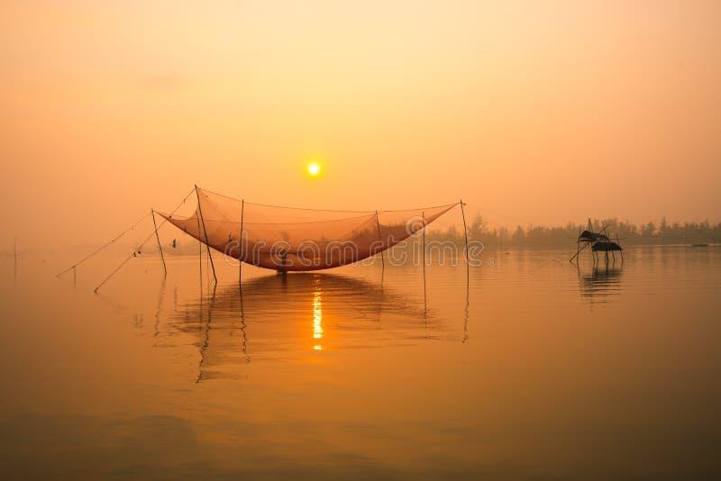 Pesque a rede no rio de Hoai na cidade antiga de Hoian em Vietname foto de stock