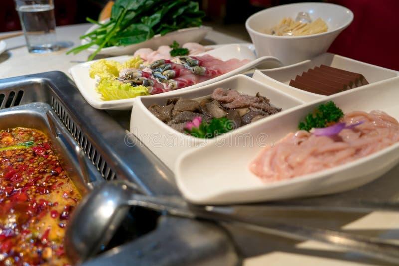 Pesque, sangre del pato del intestino de la carne y otras con el pote del shabu en estilo chino imagen de archivo