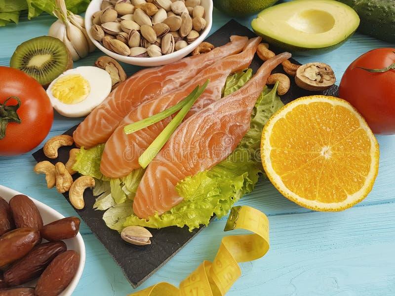 Pesque a truta salmon do pistache da vitamina da saúde da salada da data imagem de stock