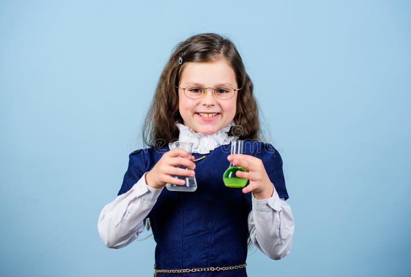 Pesquisa científica em laboratório Menina gênio educação e conhecimento lição de bilogia em estudo infantil Descubra o futuro vol imagem de stock royalty free