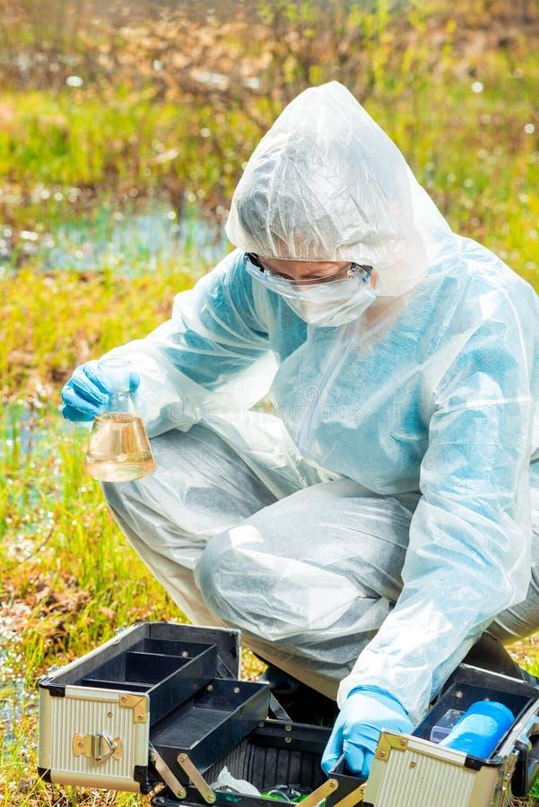 Pesquisa de água durante uma epidemia de vírus perigosos, o trabalho da ecologista foto de stock royalty free