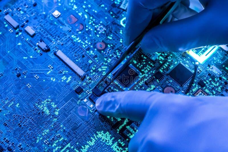 Pesquisa do cientista e para criar a micro microplaqueta eletrônica da tecnologia no laboratório f imagens de stock