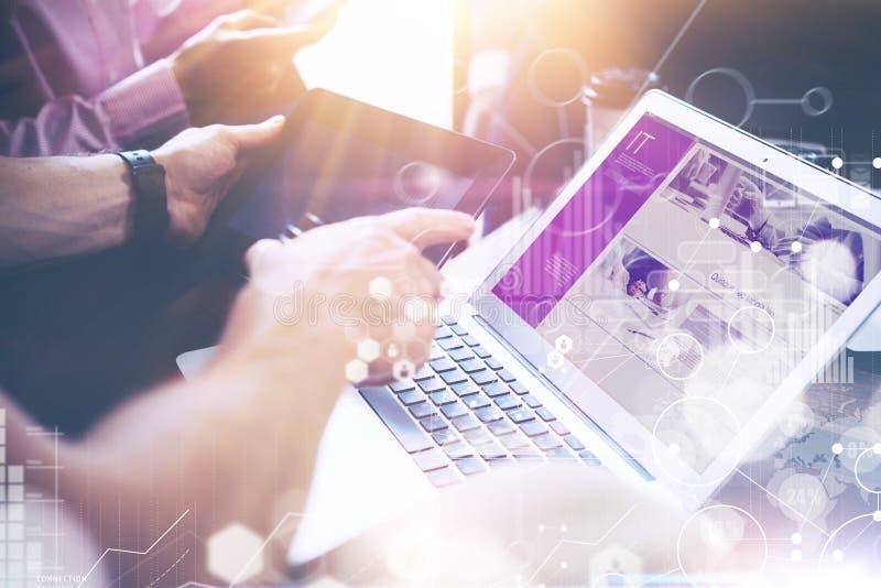 Pesquisa virtual dos mercados da relação do gráfico do ícone da conexão global do close up Negócio Team Brainstorming Process cow foto de stock royalty free