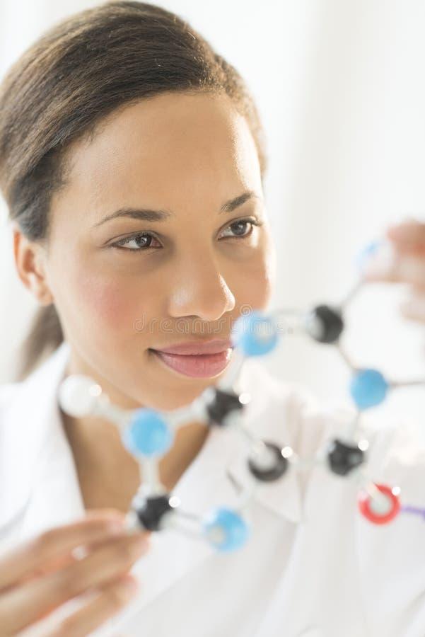 Pesquisador Analyzing Molecular Structure no laboratório imagens de stock royalty free