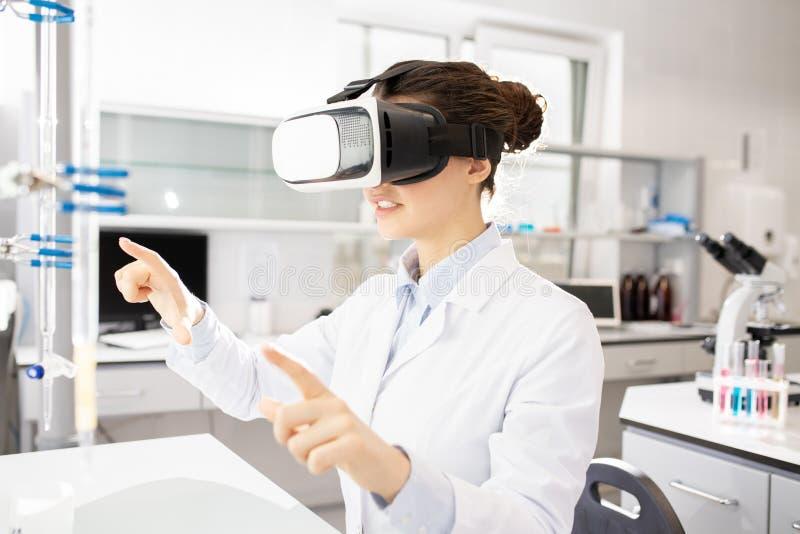 Pesquisador científico que usa o simulador da realidade virtual fotos de stock