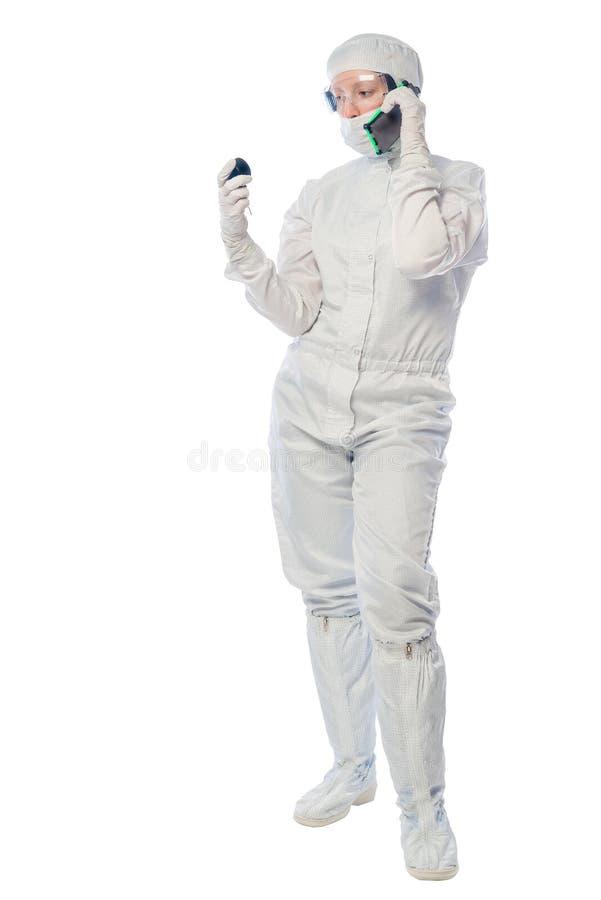 Pesquisador do químico com um telefone e um instrumento imagem de stock royalty free