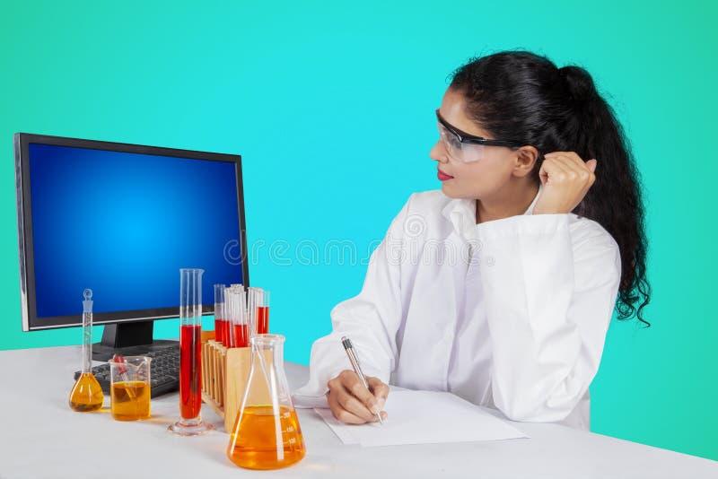 Pesquisador fêmea que trabalha no estúdio imagens de stock