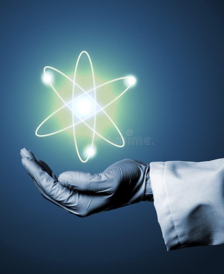Pesquisador ou cientista com a luva de borracha que guarda o átomo de incandescência m fotografia de stock