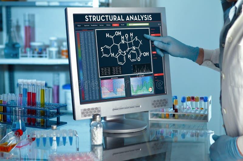 Pesquisador que toca na tela do relatório da análise estrutural imagem de stock
