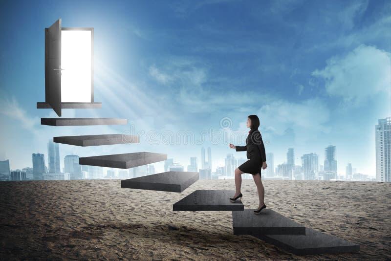 Pessoa asiática do negócio que vai acima à porta usando a escada imagem de stock royalty free