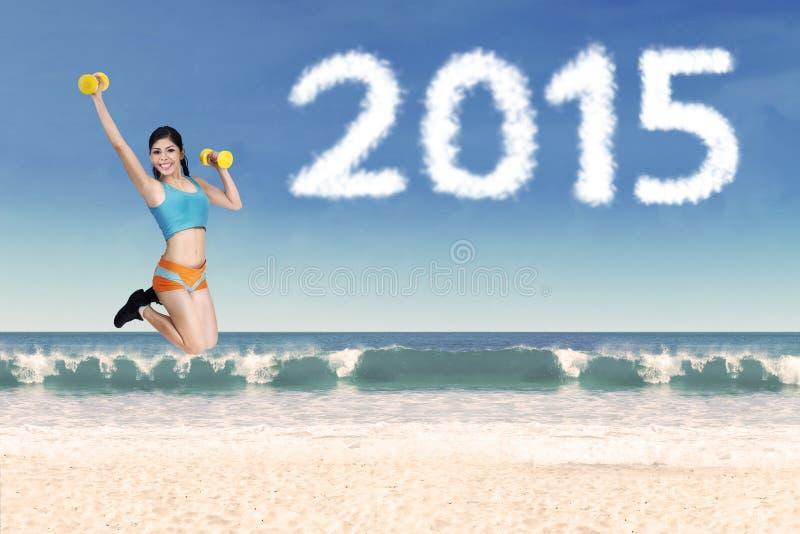 Pessoa com pesos na praia fotos de stock royalty free