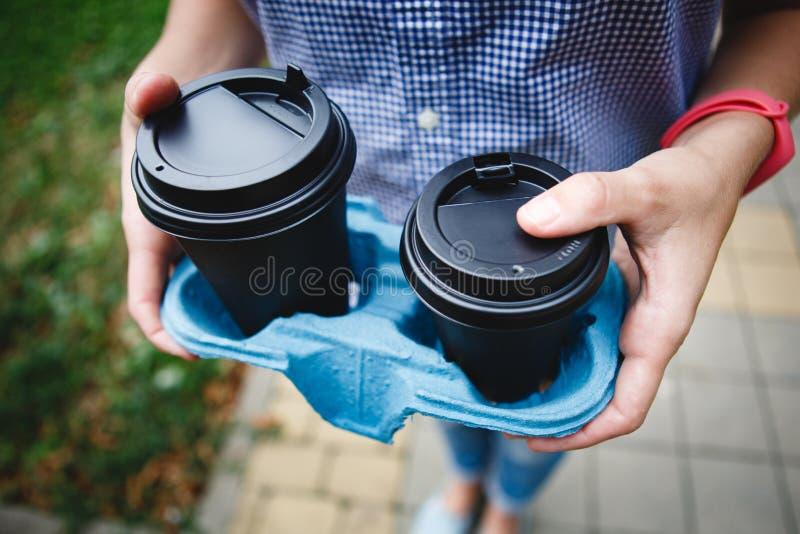 Pessoa da colheita que guarda copos de café imagem de stock