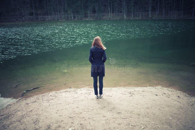 A pessoa da mulher está no lago imagem de stock