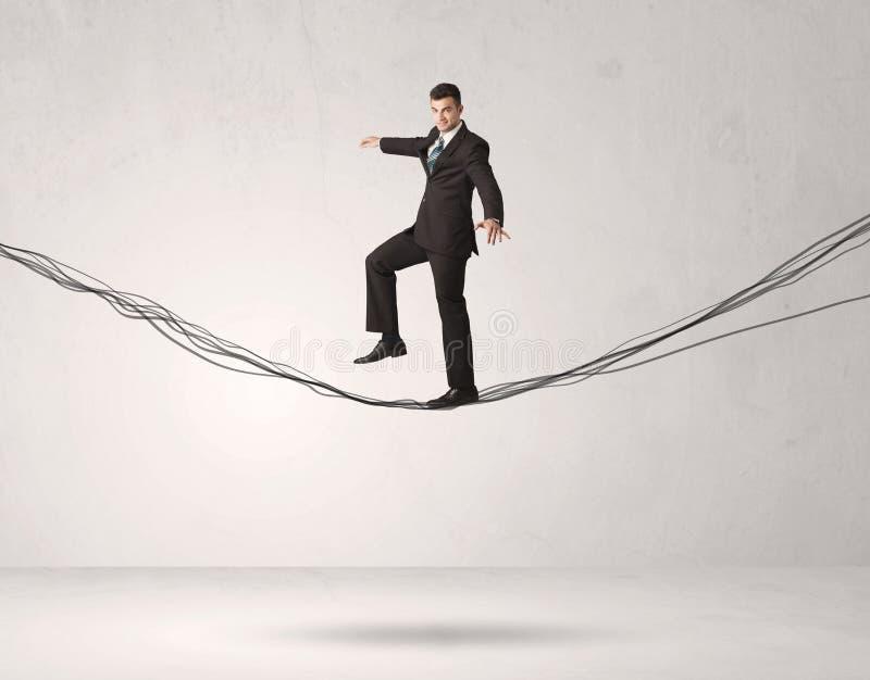 Pessoa das vendas que equilibra em cordas tiradas foto de stock royalty free