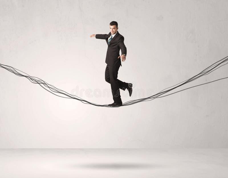 Pessoa das vendas que equilibra em cordas tiradas imagem de stock