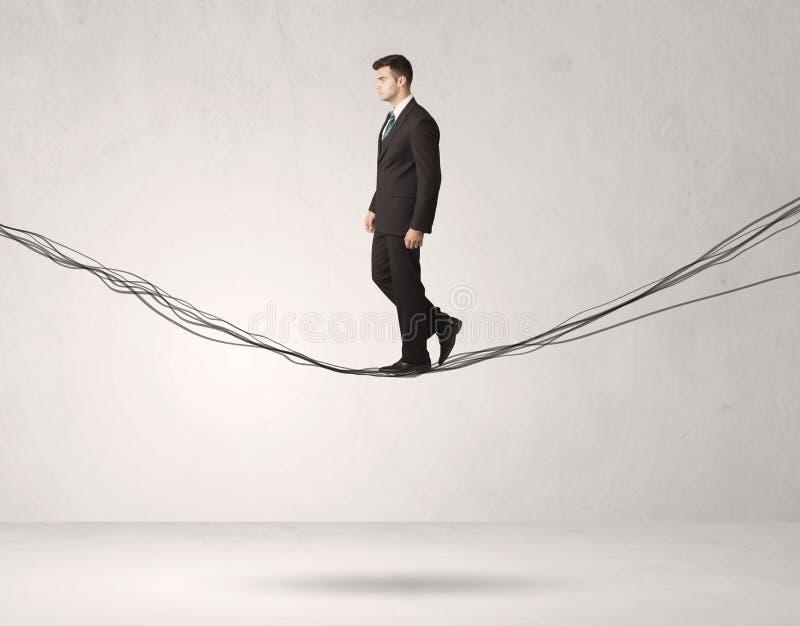 Pessoa das vendas que equilibra em cordas tiradas foto de stock