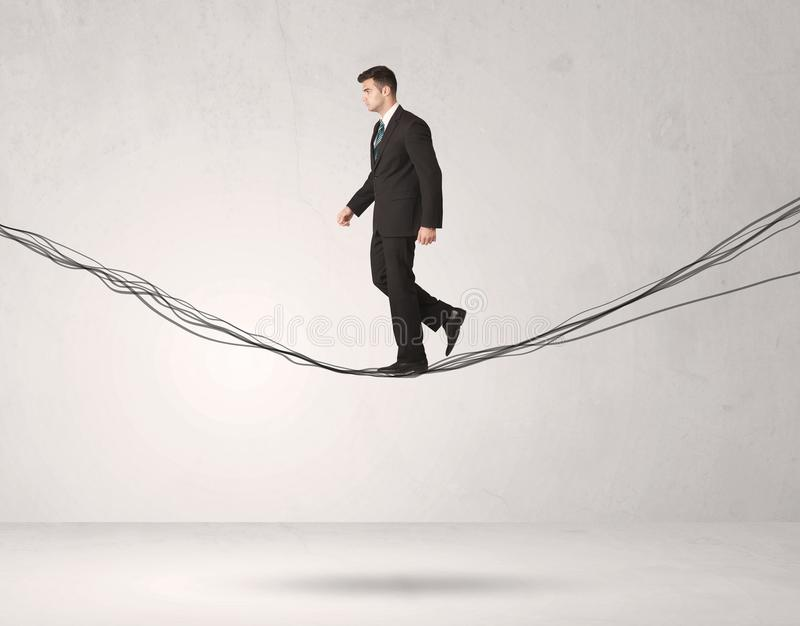 Pessoa das vendas que equilibra em cordas tiradas fotografia de stock royalty free