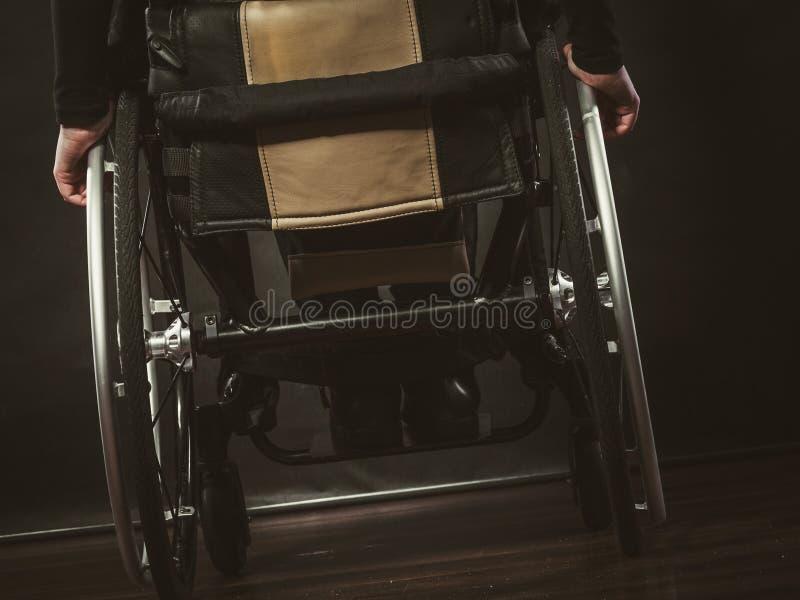 Pessoa deficiente que senta-se na cadeira de rodas imagem de stock royalty free