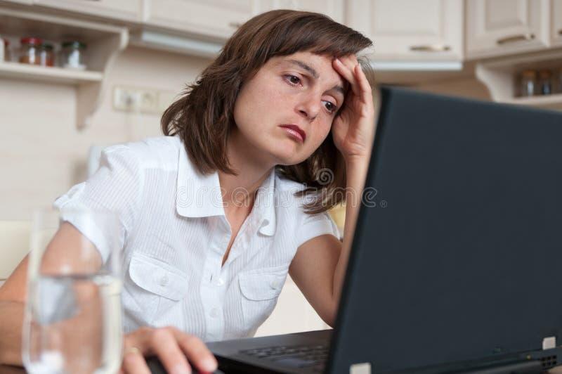 Pessoa deprimida e tired do negócio no trabalho imagem de stock royalty free