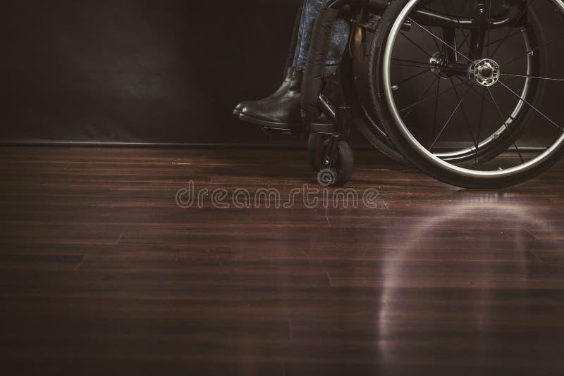 Pessoa deprimida na cadeira de rodas imagem de stock royalty free