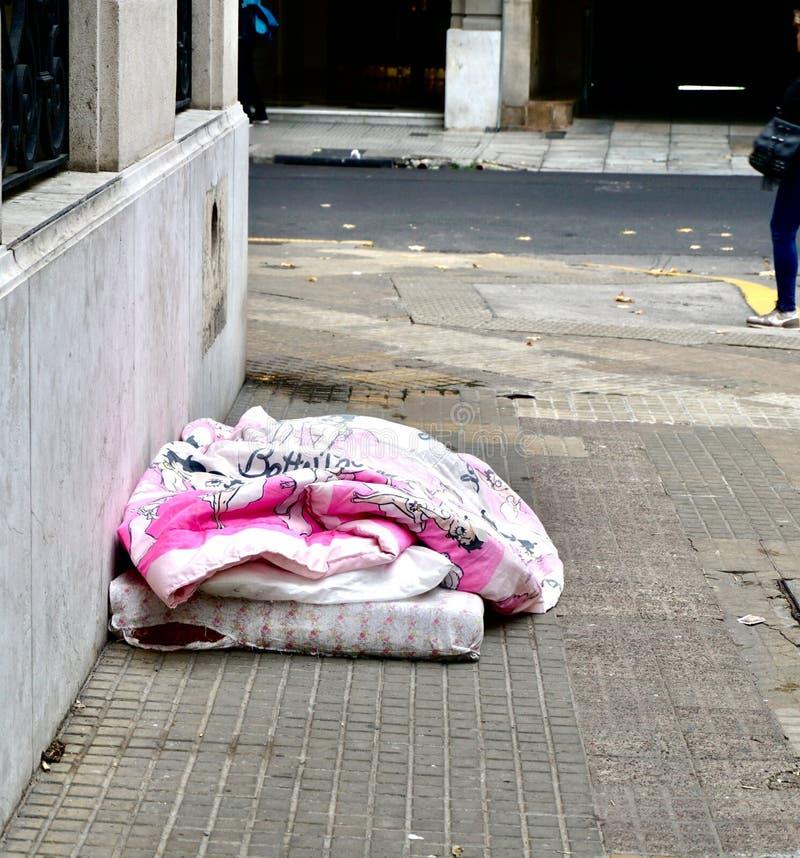 Pessoa desabrigada sob uma tampa cor-de-rosa criançola fotografia de stock royalty free