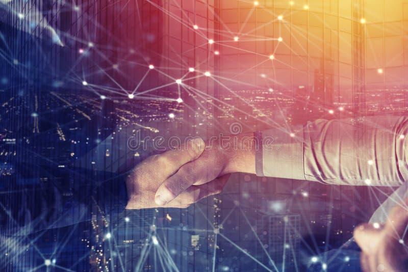 Pessoa do negócio do aperto de mão no escritório com efeito da rede Conceito dos trabalhos de equipa e da parceria Exposição dobr imagem de stock