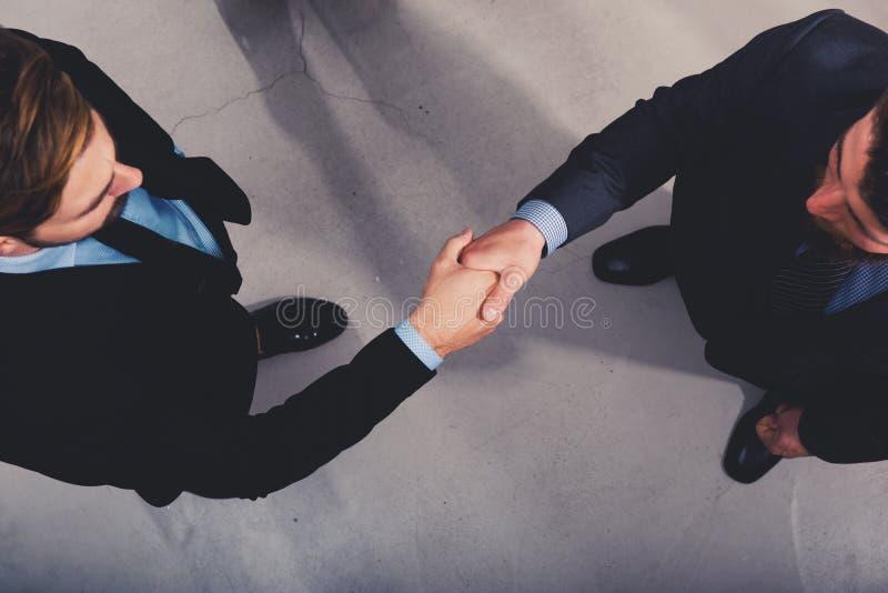 Pessoa do negócio do aperto de mão no escritório Conceito dos trabalhos de equipa e da parceria foto de stock