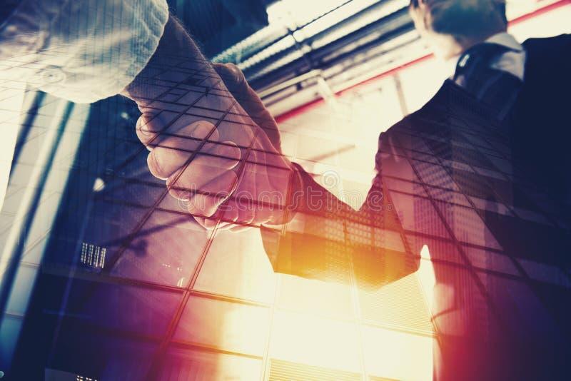 Pessoa do negócio do aperto de mão no escritório Conceito dos trabalhos de equipa e da parceria Exposição dobro imagens de stock