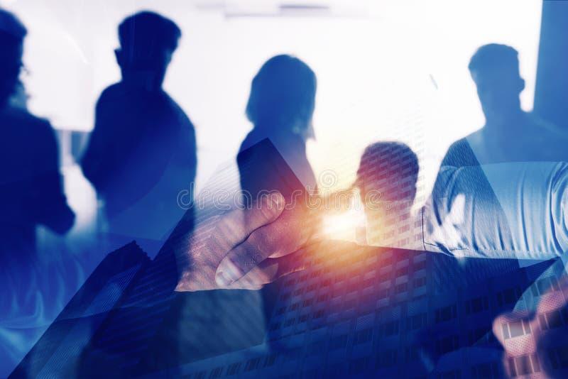 Pessoa do negócio do aperto de mão no escritório Conceito dos trabalhos de equipa e da parceria Exposição dobro fotos de stock royalty free
