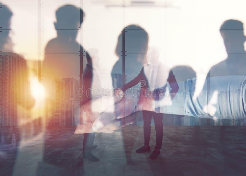 Pessoa do negócio do aperto de mão no escritório Conceito dos trabalhos de equipa e da parceria Exposição dobro foto de stock