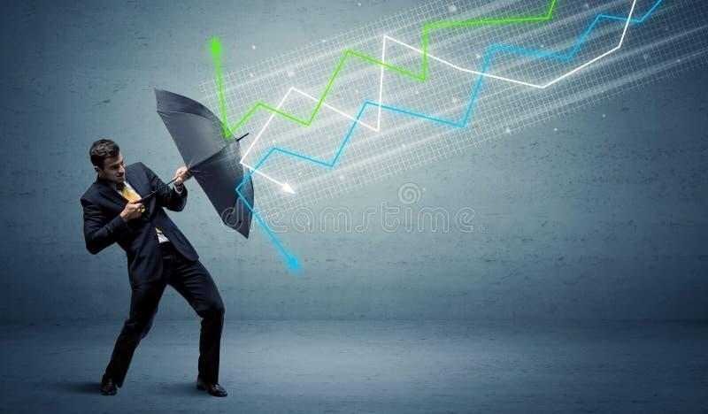 Pessoa do negócio com guarda-chuva e conceito das setas do mercado de valores de ação fotografia de stock royalty free