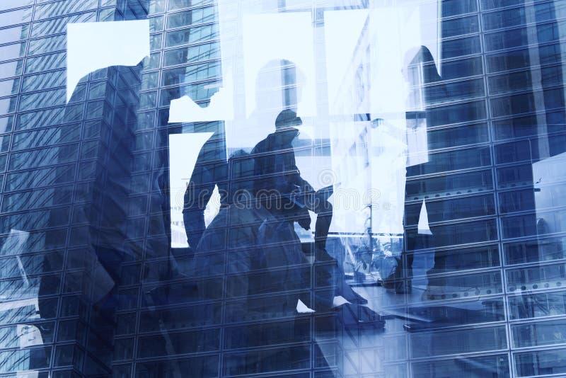 Pessoa do negócio no escritório conectado no Internet Conceito da empresa startup Exposi??o dobro fotografia de stock