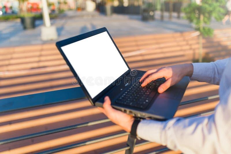 Pessoa do negócio que guarda o portátil vazio da tela fora Espa?o para a c?pia foto de stock royalty free
