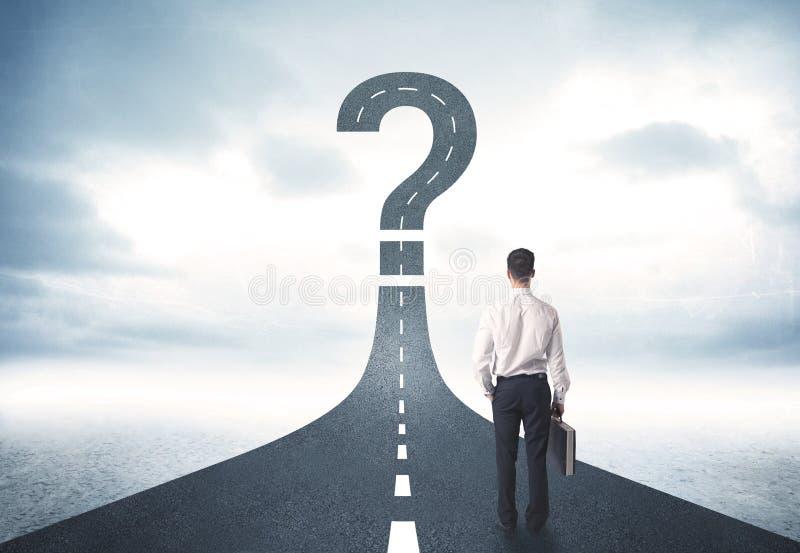 Pessoa do negócio que lokking na estrada com sinal do ponto de interrogação imagem de stock