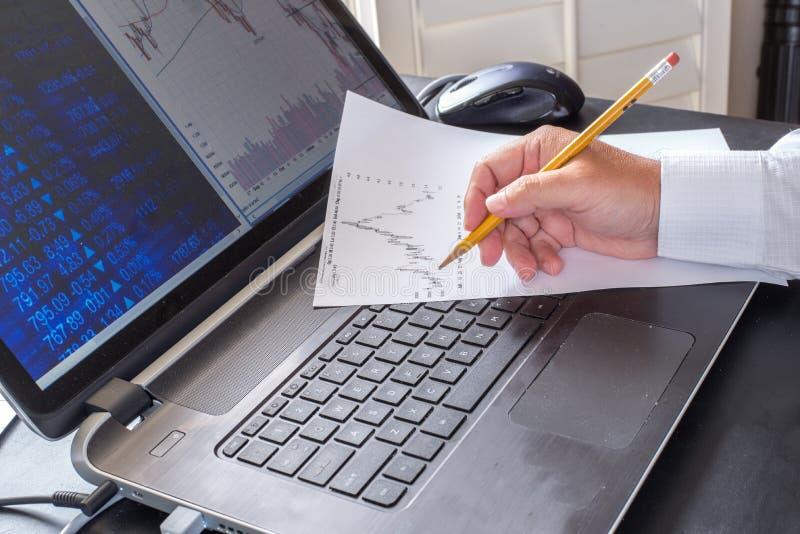 Pessoa do negócio que trabalha no cálculo imagens de stock