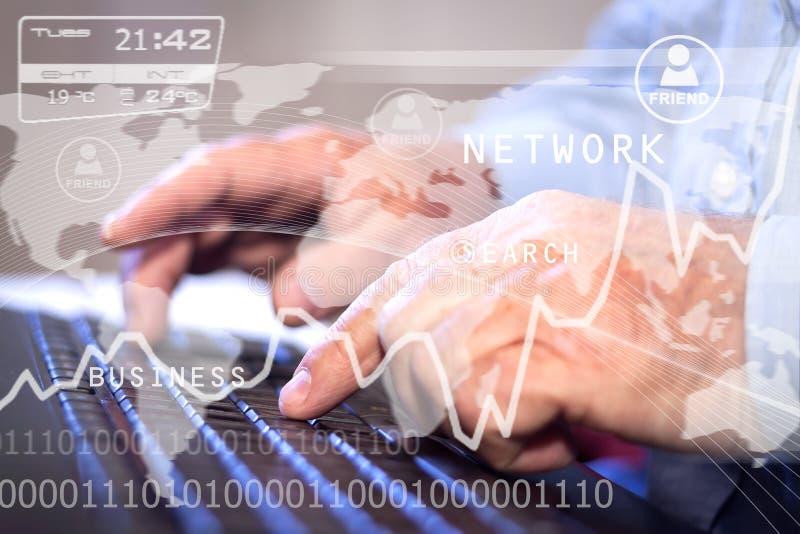 Pessoa do negócio que trabalha no computador contra o backgroun da tecnologia