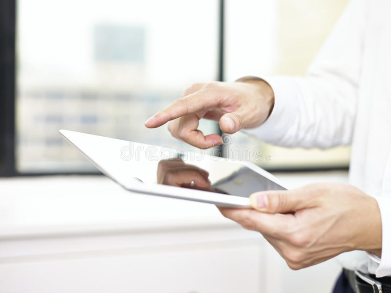 Pessoa do negócio que usa uma tabuleta imagem de stock