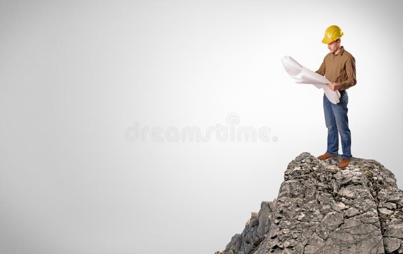 Pessoa do neg?cio na parte superior da rocha com espa?o da c?pia foto de stock